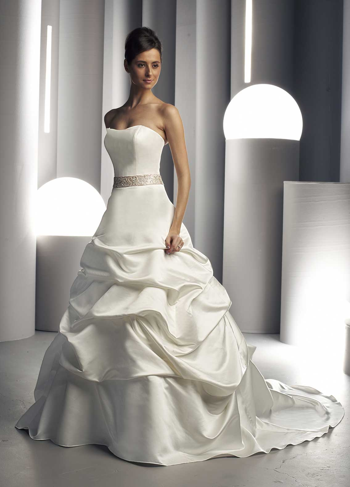 strapleess sweetheart wedding dress
